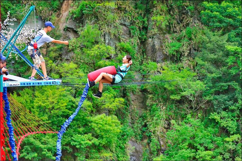 高空彈跳是「北橫探險節」中深受民眾喜愛的活動。(記者李容萍翻攝)