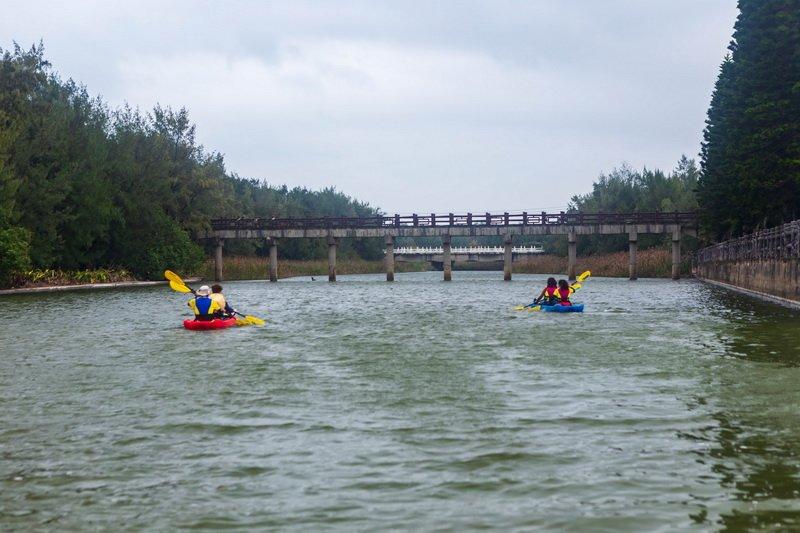 永安北岸濱海潟湖划獨木舟 探訪防風林裡亞馬遜祕境 @YA 野旅行-旅行不需要理由