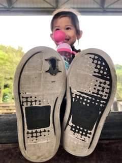 小鞋子都磨破了 3歲女孩兒和她熱愛的滑板運動