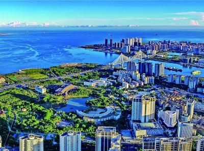 海口充分发挥省会中心城市在海南自贸港建设中的引领示范作用,落实早期安排,争取早期收获的同时,擦亮生态底色,呵护好碧海蓝天。图为海口湾景色。海口市委宣传部供图