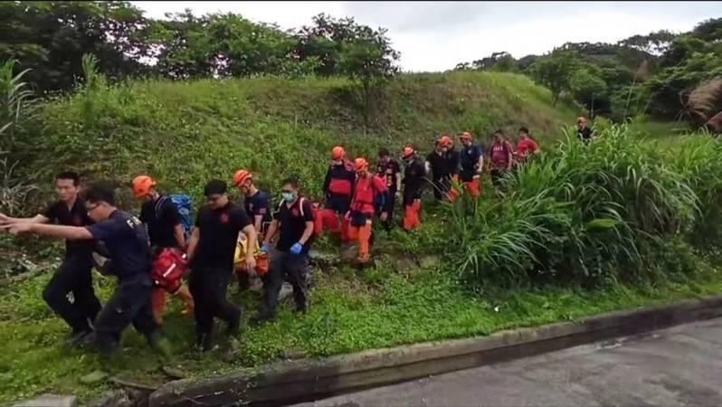 萬里飛行傘玩家風吹山區迫降,空拍機定位搜尋救人。記者游明煌/翻攝