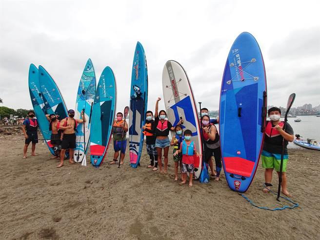 一群SUP立槳運動愛好者一同拍下久違兩個多月的合照。(黃世麒攝)
