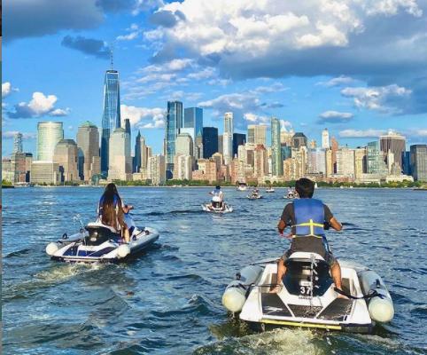 駕駛水上摩托,遠觀曼哈頓風景。(取自Sea the City Jet Ski官方...